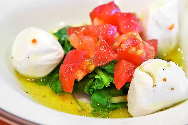 サイゼリヤ-フレッシュチーズとトマトのサラダ2.jpg